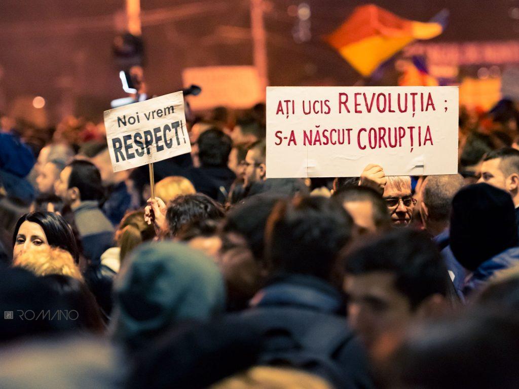 fotografie manifestatie protest romania lozinci pancarte demonstratie strada oameni multime