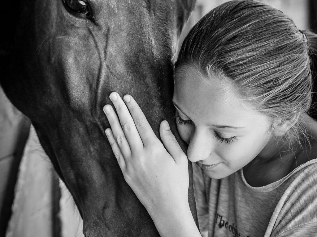 fotografie portret oameni animale cal alb negru